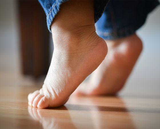 Vaikas vaikšto ant pirštų galų – ko griebtis?
