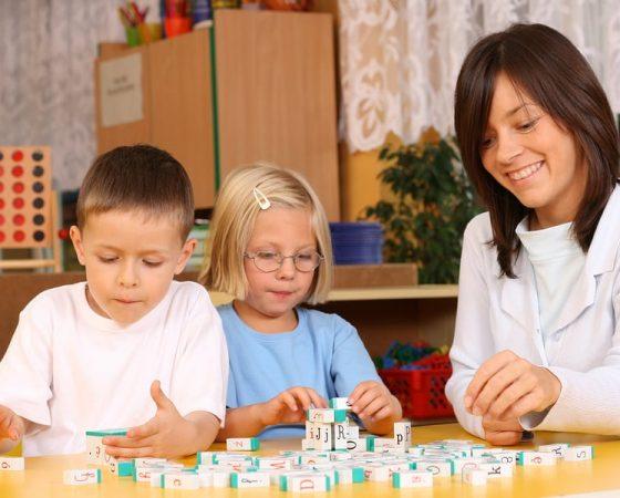 Mokome autistišką vaiką bendrauti su kitais vaikais